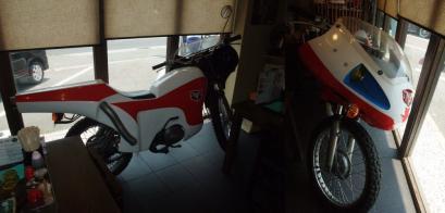 店内には仮面ライダーのバイク