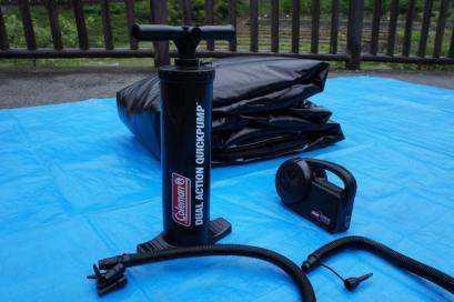 充電式電動の空気入れと、微調節用に手動式も。
