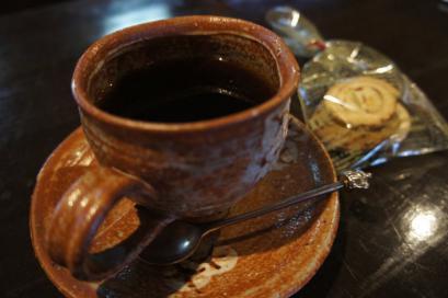 温かみある器で飲むコーヒーはおいしいね