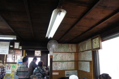 地元の人にも愛される人気店にはサインも観光客もいっぱい