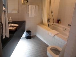 バスルームも広い、、寒々しいくらい(笑)。