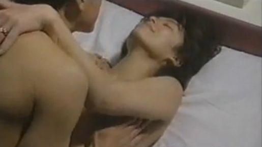 【白鳥智恵子】巨乳を揉みしだかれて熱い吐息が漏れる濡れ場