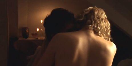 ヴェロニカ・ファレス 全裸で抱き合いながら激しいキスをする濡れ場