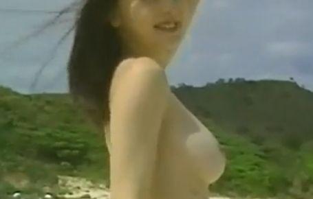 【河合美果】おっぱい丸見えの野外ヌードシーン