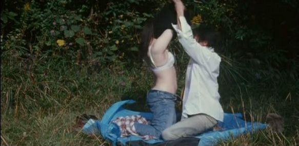 【藍山みなみ】色白な美乳露出する野外濡れ場シーン