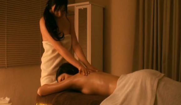 【江口のりこ】上半身裸でマッサージを受けるセミヌードシーン