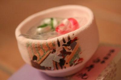 なあああんと。源氏絵巻の絵がついた、お抹茶茶碗