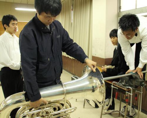 学校 吹奏楽部 出張修理 管楽器凹み直し