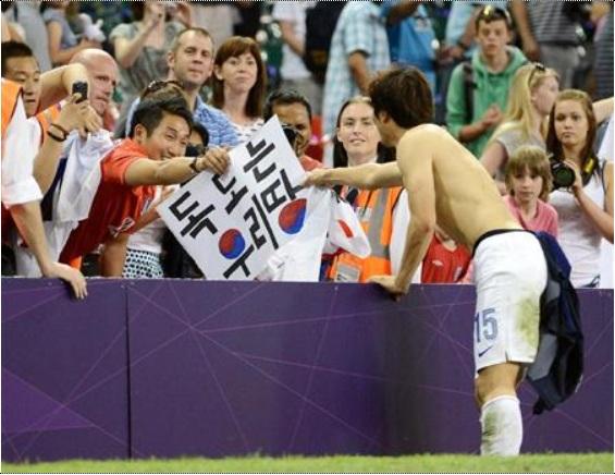 竹島領有のプラカードを受け取る韓国選手