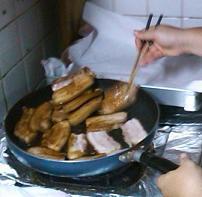 三枚肉に照りをつける