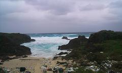 お墓の近くの海は大荒れ