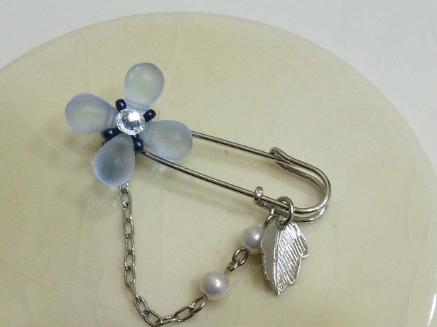 淡いブルーのお花ブローチ (1)