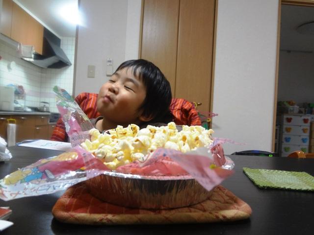 美味しそうにポップコーンを食べる子供
