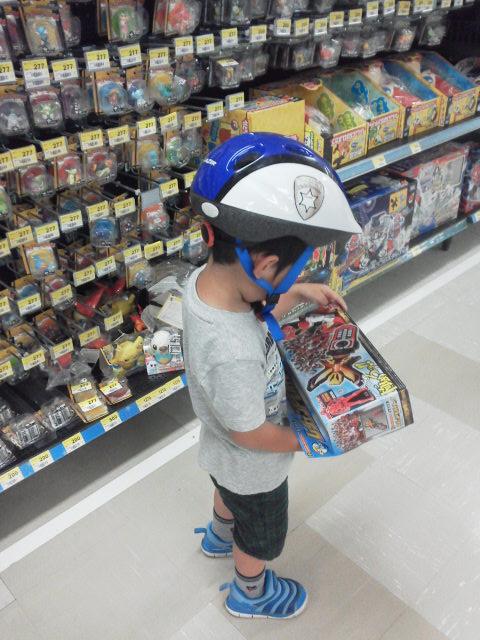 玩具を選ぶ息子