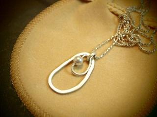 不思議なかたちのネックレス (1)