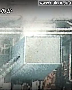 4号機天井に穴2