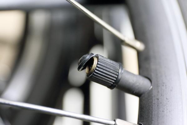 131215_オリバイクM10バルブキャップ破損現像