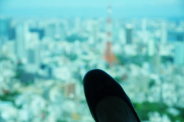 赤いタワーとわたしの足