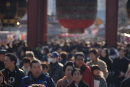浅草寺へ向かう人々