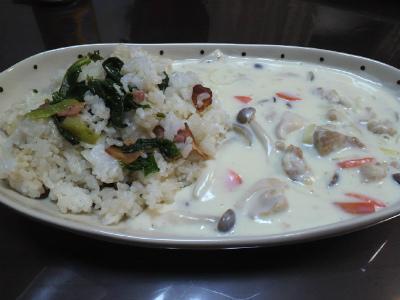 クリームシチューと小松菜ベーコン混ぜご飯