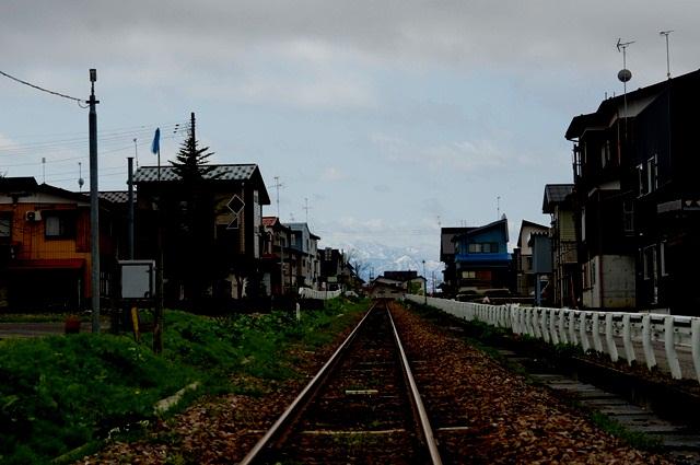 飯山線の鉄路の先に見える、苗場のほうの山 高山踏切