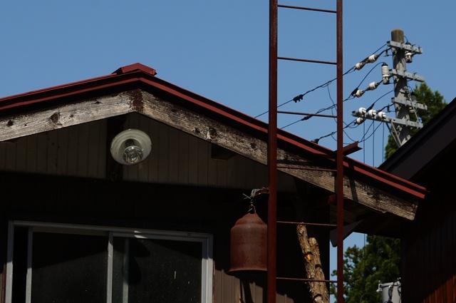 八箇の山奥の半鐘と笠の電球
