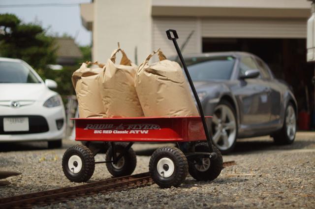 ラジオフライヤ、米袋積載中