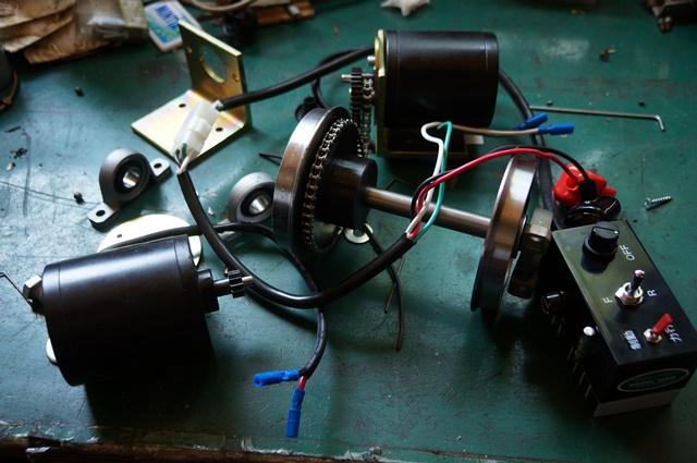 モデルニクス  2軸メカキット 2モータ2段減速 箱から出したところ