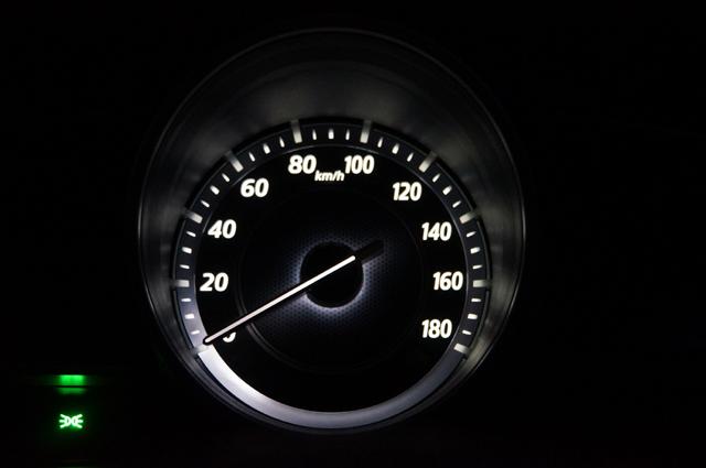 アクセラに乗り込みエンジンを始動する前にボワンボワンと光る鼓動しているように光るメータ