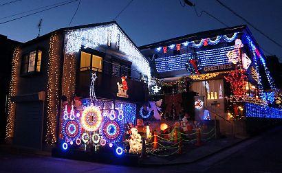 輝くイルミネーションの家-1