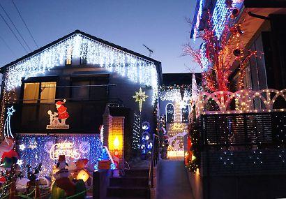 輝くイルミネーションの家-2
