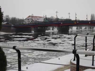 ポ) 街の川沿い