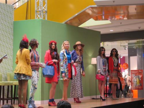 モールで春のファッションショー