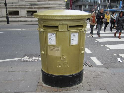 03 2012 ロンドン ウェストミンスター寺院の前のポスト