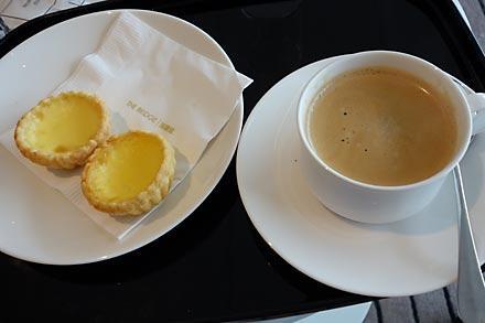 キャセイパシフィック航空ラウンジ、コーヒーとエッグタルト