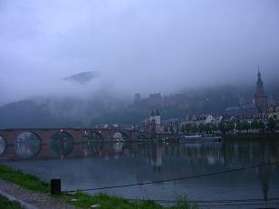 朝靄の中の古城