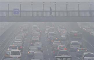 2013-01-30_China_中国の有害濃霧、日本面積の3倍に 病院取材を制限03_有害物質含んだ濃霧のため、日中でも見通しが悪い北京市内の道路=29日(共同)