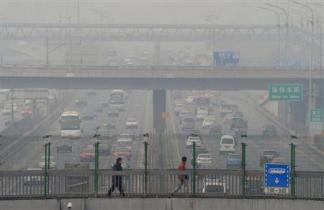2013-02-25_China_【中国大気汚染】「四日市ぜんそく」に匹敵 北京大使館が学校説明会01_大気汚染が問題になっている中国。有害物質を含んだ濃霧で見通しの悪い北京市内の道路=17日(共同)