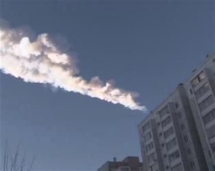 2013-02-25_Russia_【ロシア隕石落下】 最も大きな破片見つかる 重さ1キロ以上01_集合住宅の上空には落下した隕石の軌跡が雲のように伸びた=15日、ロシア、チェリャビンスク州(ロイター)