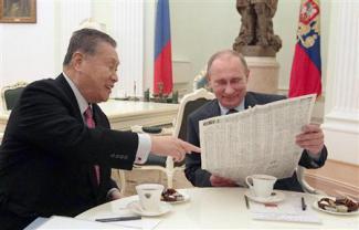 2013-02-22_Russia_【森・プーチン会談】岐路に立つ対露外交 首相早期訪問で活路目指すも01_ロシアのプーチン大統領(右)と会談する森喜朗元首相。2人を描いた日本の新聞漫画を見せ、和やかな雰囲気を作った=21日、モスクワのクレムリン(AP)