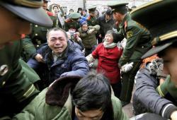 2013-02-28_China_【石平のChina Watch】武装警察の尖閣上陸に警戒せよ01_中国・北京で、賃金不払いへの不満を訴える住民らを排除する武装警察隊員ら=今年1月(共同)