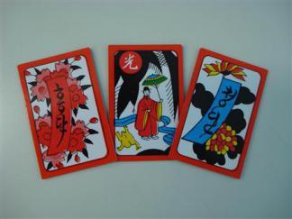 2013-03-11_Korea-South_【日本人が知らない日本】 韓国人は通夜に「花札」を打つ?01_韓国製花札に描かれた「小野道風」らしき人物は正体不明の装束を身につけている。短冊の赤タン、青タンは「ホン(紅)タン」「チョン(青)タン」とハングルで書かれている