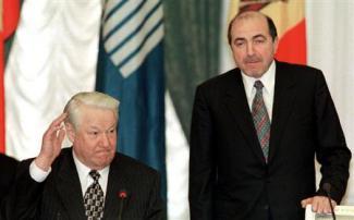 2013-03-24_Russia_また英で反プーチン派死亡 ベレゾフスキー氏の死因は?01_1998年4月、モスクワで開かれたCIS首脳会議に出席したボリス・ベレゾフスキー氏(右)とエリツィン・ロシア大統領(AP)