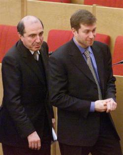 2013-03-24_Russia_また英で反プーチン派死亡 ベレゾフスキー氏の死因は?02_ロシア下院の議場内を別の政商アブラモビッチ氏(右)と並んで歩くベレゾフスキー氏=2000年1月(AP)