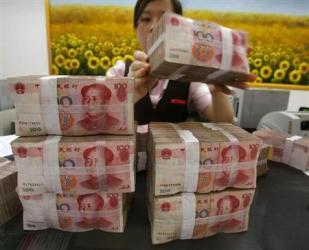 2013-04-25_China_【石平のChina Watch】 「投資中毒症」が招く中国破綻の日01_中国の銀行で人民元紙幣を数える行員。「金融バブル」が深刻になっている(ロイター)