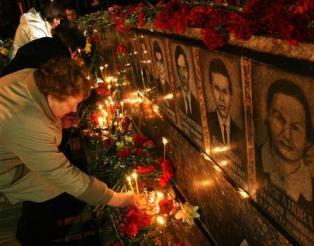 2013-04-27_Russia_Ukraine_チェルノブイリ原発事故から27年 原発推進の中核地に02_26日、ウクライナ・スラブチチの広場で、チェルノブイリ原発事故で死亡した消防士らを追悼する碑に花やろうそくを手向ける市民(共同)