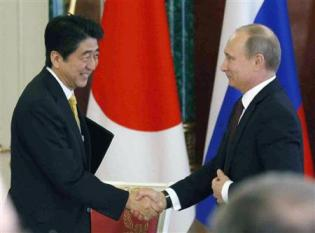2013-04-30_Russia_【日露首脳会談】日本は「非常に建設的」平和条約に向け露補佐官02_共同記者会見を終え握手する安倍首相とロシアのプーチン大統領=29日、モスクワのクレムリン(共同)