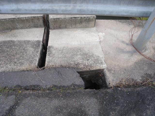 道路の穴1