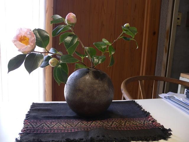 椿と丹波焼1