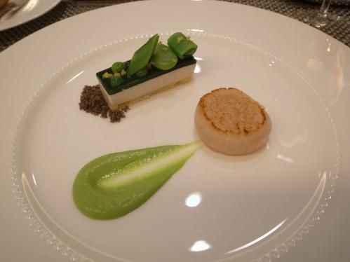 緑の一皿 数種類の豆とそのガトー 宮城県から届いた肉厚なホタテ貝柱のポワレ